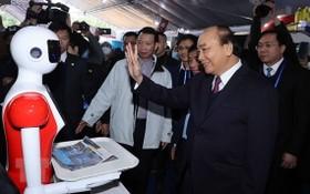 國家主席阮春福參觀2021年越南創新國際展覽會各展位。
