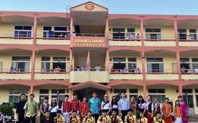 該校龍獅與文藝團攝於校前。