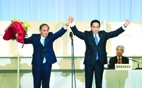 岸田文雄(右)在當選自民黨總裁後接受日本首相菅義偉的祝賀。(圖源:互聯網)