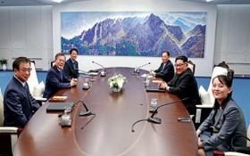 韓總統文在寅(左二)和朝鮮國務委員會委員長金正恩(右二)會晤。右一為金與正(資料圖)。