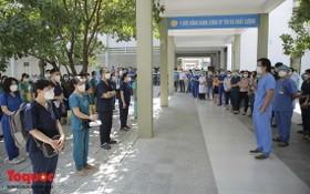 10月2日,峴港市C醫院為50名醫護人員啟程馳援胡志明市抗疫工作舉行歡送儀式。(圖源:祖國報)