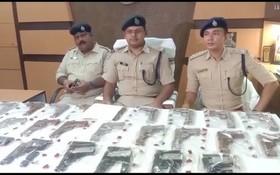 印度警方在西孟加拉邦的阿桑索爾地區搗毀了一家非法軍火工廠。(圖源:推特)