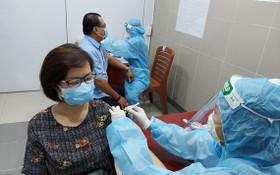 第十一郡居民接受新冠疫苗注射。(圖源:海燕)