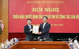 中央經濟部長陳俊英(右)向阮維興同志頒授委任《決定》。(圖源:越通社)