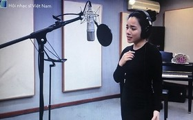 歌手進行錄音。 (圖源:越南音樂作家協會)