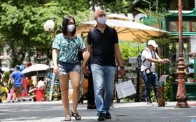 本市擬明年才迎接國際遊客。圖為國際遊客徒步觀光胡志明市街道。(示意圖源:可和)