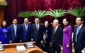 黨中央總書記阮富仲與出席會議代表合影。(圖源: VGP)