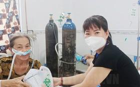 在第七郡新冠肺炎治療醫院黎紅春芳既親自照顧病人又給他們免費提供必需品。