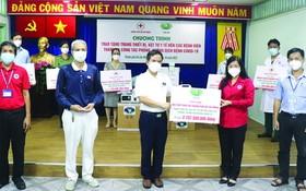 慈濟慈善會越南人醫會黃清俊醫生(中)向鄧氏明孝副主席轉贈醫療裝設備及醫用品。