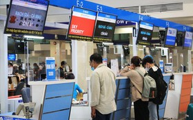 乘客在新山一機場辦理登機手續。(示意圖源:懷英)