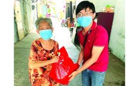 """""""西堤華人文化陳列室""""計劃的年輕人向熱心捐贈文物長者符金英送暖。"""