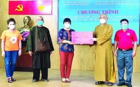 阮清月副主席接受釋慧功法師轉贈物資。
