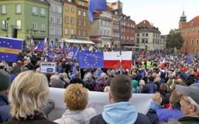 """當地時間10日,波蘭100多個城鎮和國外的幾個城市舉行了反""""脫歐""""示威活動,僅首都華沙就有大約10萬人上街。(圖源:互聯網)"""