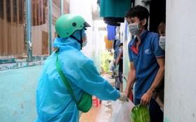 綠色百貨店人員將由From Saigon To Saigon 組訂購的商品送到守德市福隆B坊租房區的各民戶。