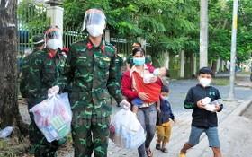 市司令部戰士們為返鄉的同胞提供幫助並贈送禮物。(圖源:市黨部新聞網)