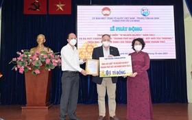 蘇氏碧珠主任接收企業的捐款。