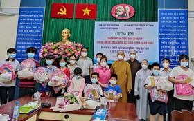 組委會向清貧學生頒發助學金及學習用具。