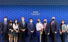韓國外交部14日召開韓美《駐韓美軍地位協定》(SOFA)軍民關係小組委員會會議。圖為與會代表合照。(圖源:韓聯社)