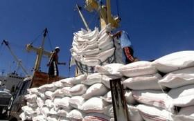 大米裝船。(圖源:互聯網)