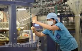 企業加強促進生產活動,克服疫情的困難。