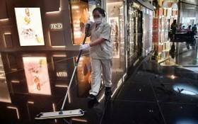泰國曼谷一購物中心員工進行清潔消毒。(圖源:互聯網)