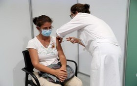 7月16日,一名女士在葡萄牙首都里斯本附近城市卡斯凱斯的疫苗接種中心接種新冠疫苗。(圖源:新華社)