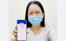 市新聞與傳播廳副廳長武氏忠貞持有Y tế HCM應用程式中的 綠色個人QR編碼。