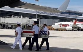 圖為2018年,在峴港機場舉行的美軍骸骨移交儀式。(圖源:外交部)