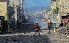 這是於 2019 年底拍攝的海地首都太子港一條廢棄街道上的景象。(圖源:AFP)