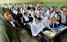 圖為2004年,一班女學生在喀布爾一間中學上課。 (圖源:Getty Images)