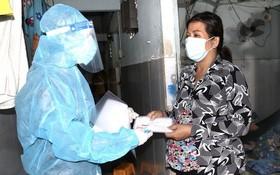 《西貢解放報》代表前往孕婦杜氏瓊兒的租住房動員、贈送輔助款項。