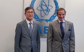 韓國外交部多邊外交協調官咸相旭(左)和國際原子能機構總幹事拉斐爾·格羅西合照。(圖源:韓國外交部)