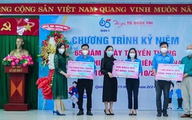 本市企業向貧困青年頒發獎助學金。