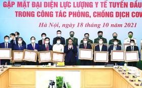 政府總理范明政向防疫出色個人頒發獎狀。