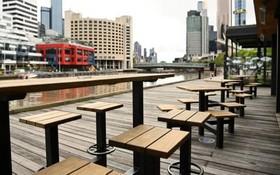 居家令期間,澳大利亞墨爾本南碼頭的戶外餐桌上空無一人。(圖源:Getty Images)