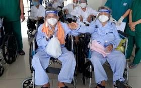黎文俊夫妻倆康復出院時手牽手的畫面,讓許多見證人淚汪汪。