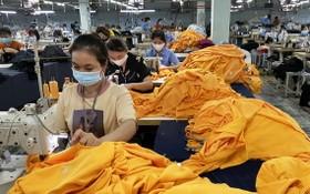 """成功紡織品成衣廠的勞工實施""""三就地""""方案。"""