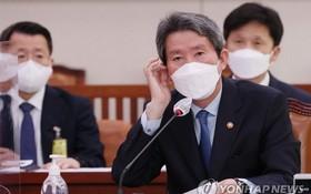 10月18日,在韓國國會,李仁榮出席國政監查會並回答提問。(圖源:韓聯社)