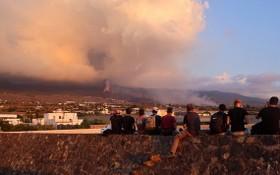 受到火山灰影響天空呈現灰濛濛一片。(圖源:路透社)