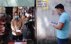 民眾前來領取西貢志願組贈送的禮物。