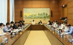 國會代表分組討論社經問題和兩部法案。(圖源:工商報)