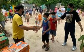 黃文燼向本市小朋友童贈送奶品。
