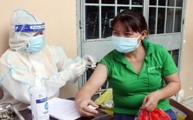 一名女工接受新冠疫苗注射。(圖源:同奈CDC)