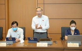 國會代表潘德孝在國會常務委員會會議上發表。