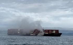 當地時間23日,一艘載有化學品的貨輪在加拿大西部不列顛哥倫比亞省附近海域突發大火。(圖源:路透社)