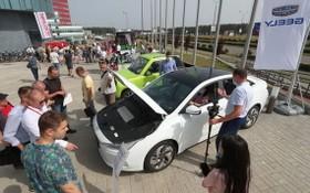 圖為7月16日,人們在白俄羅斯明斯克郊區舉辦的電動交通日活動上體驗電動汽車。(圖源:新華社)
