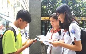 華人學生考後互相交流。(圖片來源:心雨)