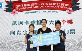 李娜為2017年武漢網球公開賽開票。(圖片來源:互聯網)