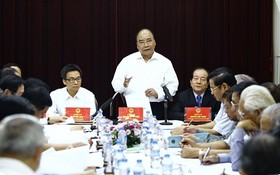 阮春福總理與文藝工作者舉行會議。(圖片來源:互聯網)