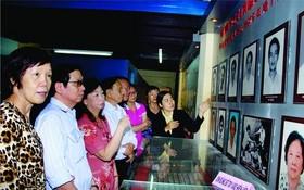 代表團參觀地下印刷室。
